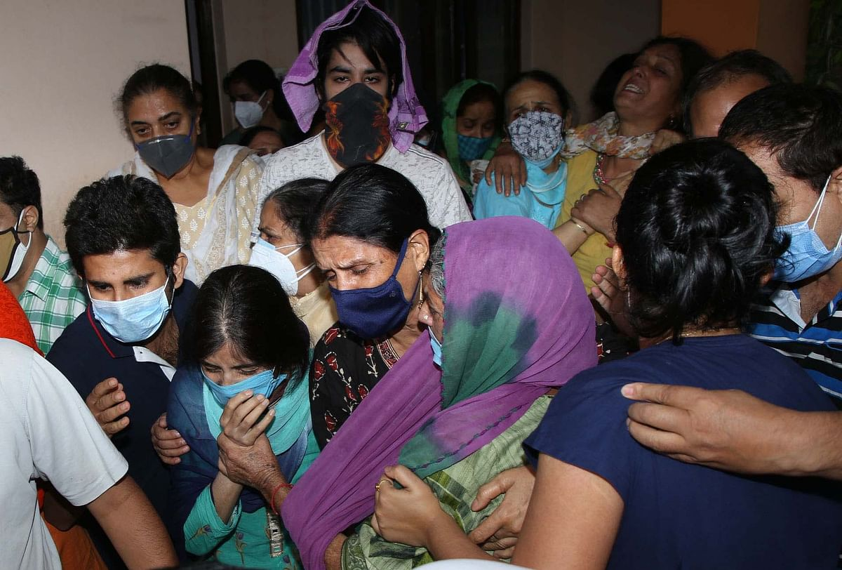 The family members of Rakesh Pandita wail over his death in Jammu on Thursday, 3 June 2021.