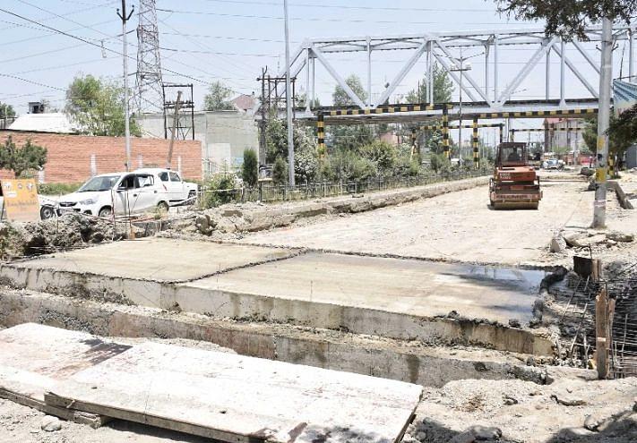 'Resume work on Peerbagh-Humhama concrete rigid pavement road'