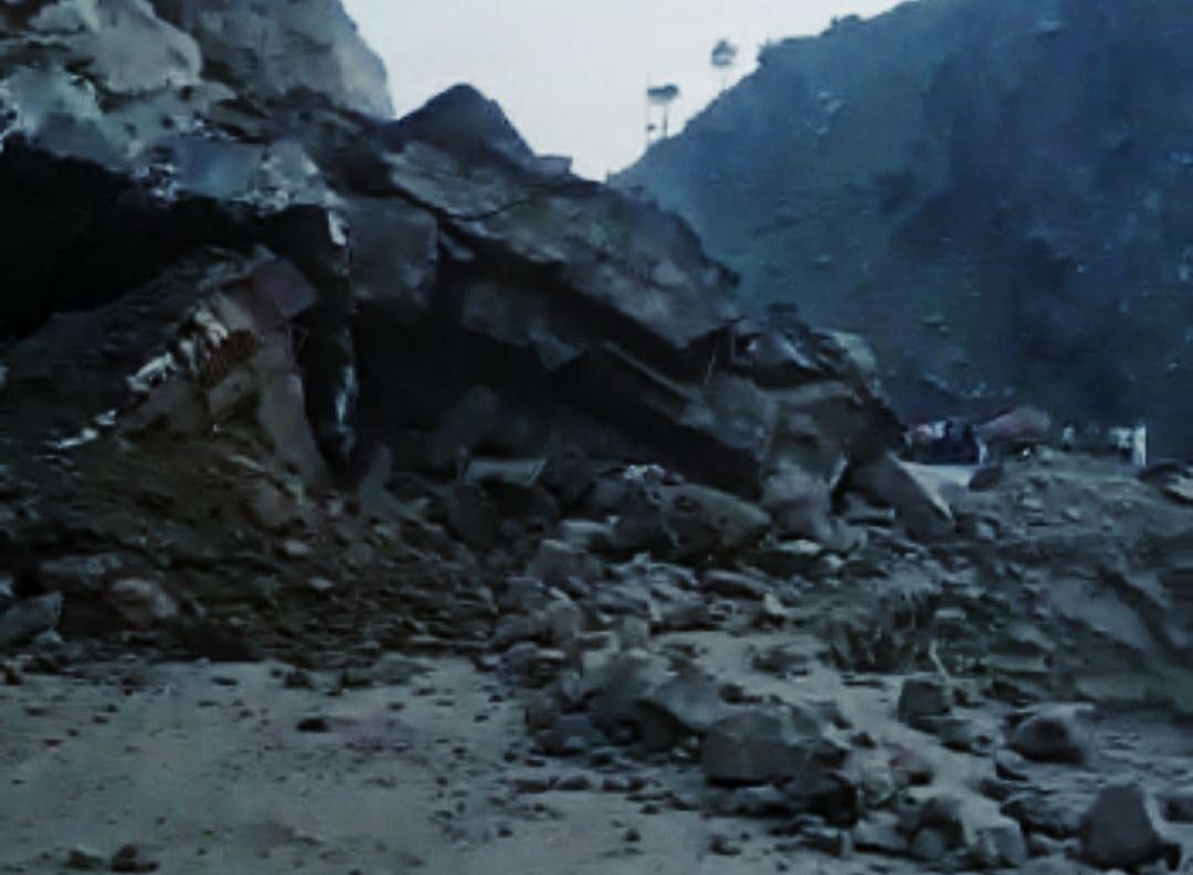 Massive landslide blocks Srinagar-Jammu highway, traffic suspended