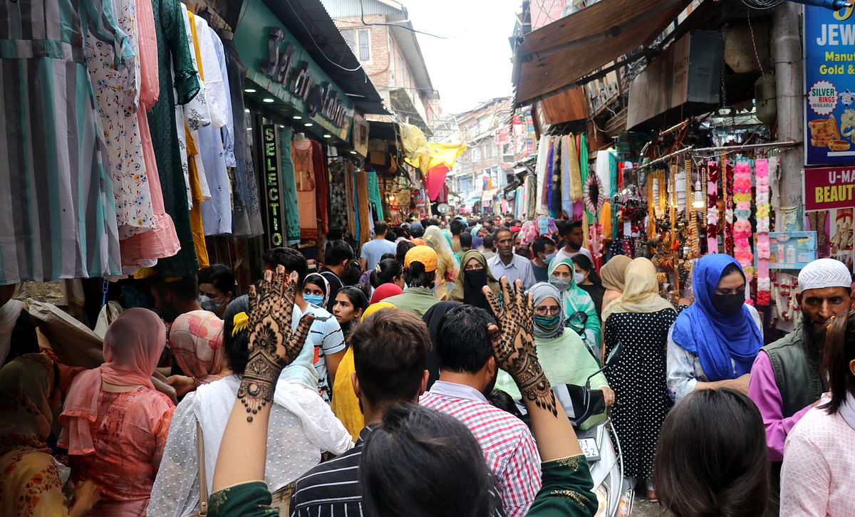 Shoppers throng a market in Srinagar ignoring the SPOs laid out by the administration in view of COVID-19 pandemic.