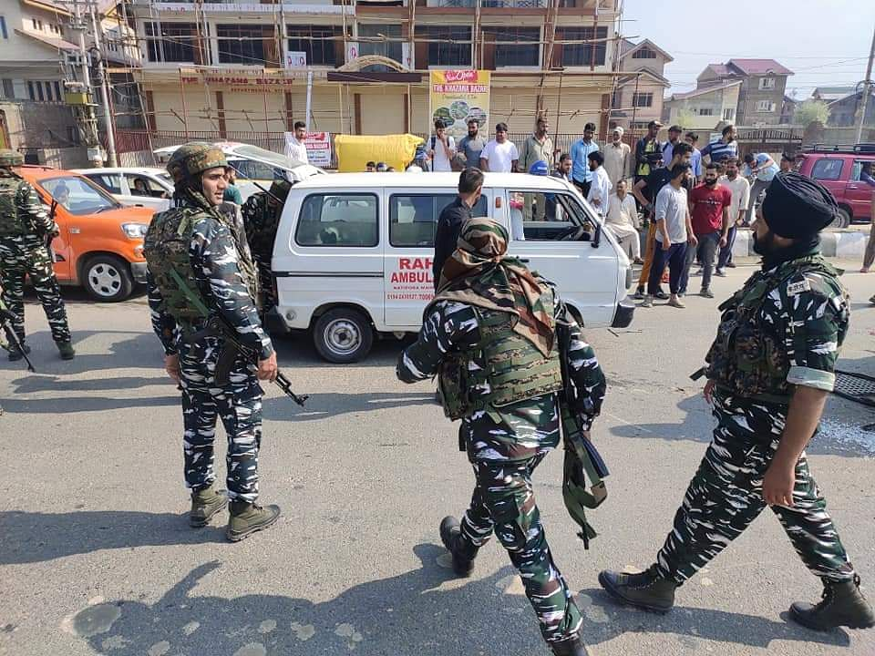 CRPF trooper, autorickshaw driver injured in road mishap on Srinagar outskirts