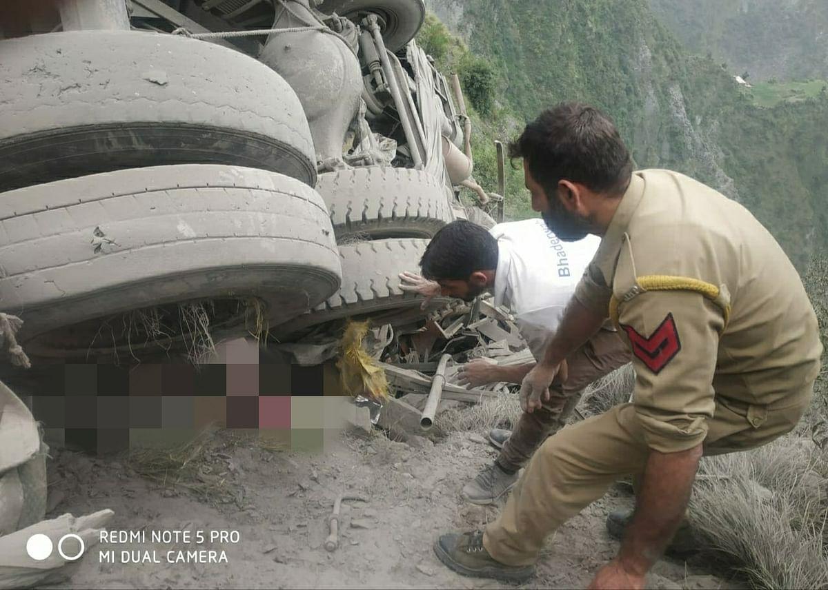 Conductor dead, driver injured as truck rolls down into gorge on Jammu-Srinagar highway
