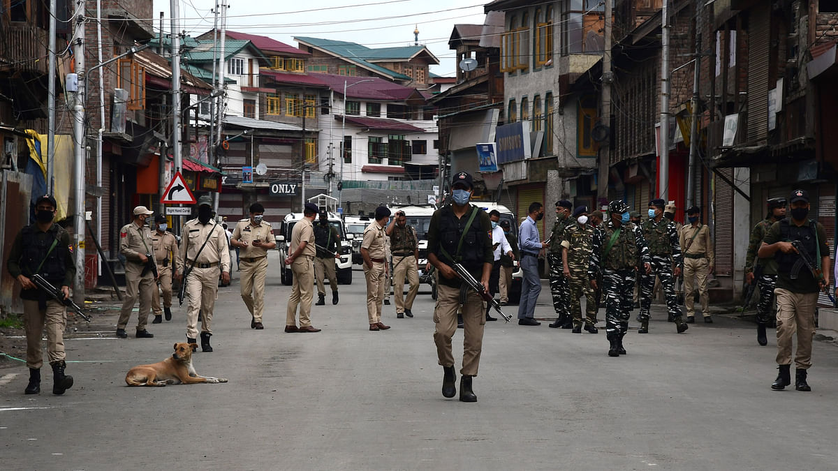 Two cops injured as militants fire upon police party in south Kashmir's Kulgam