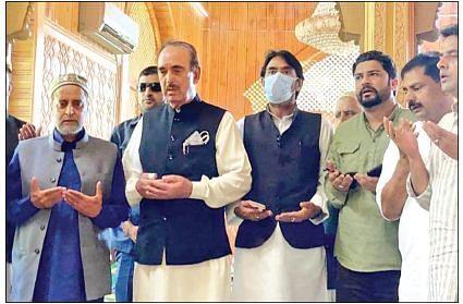 Azad visits Mian Bashir's family at Wangath