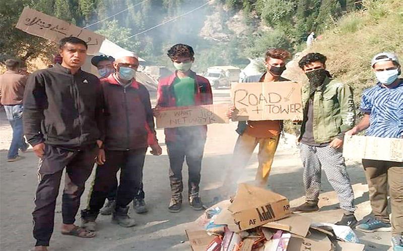 Gurez villagers protest against dilapidated roads, no mobile connectivity