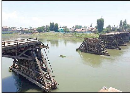 Collapsed Bakhshi Bridge in ruins