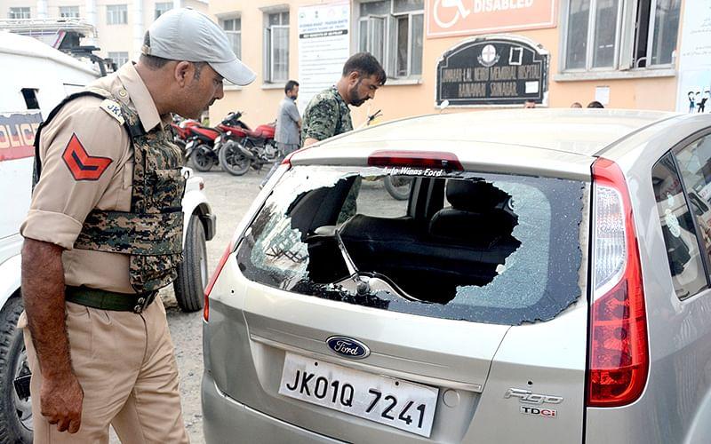 Cop, civilian injured in Khanyar shootout