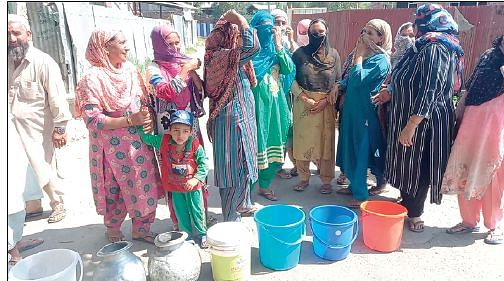 Baramulla villagers stage protest against drinking water shortage