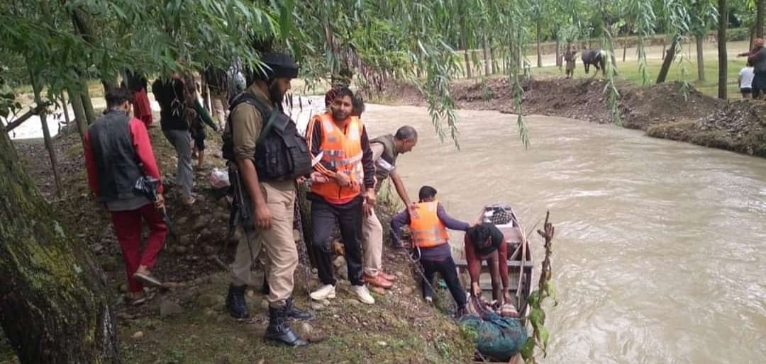 Police rescue nomad family alongwith livestock stuck in nullah Yath Yathur in Kulgam