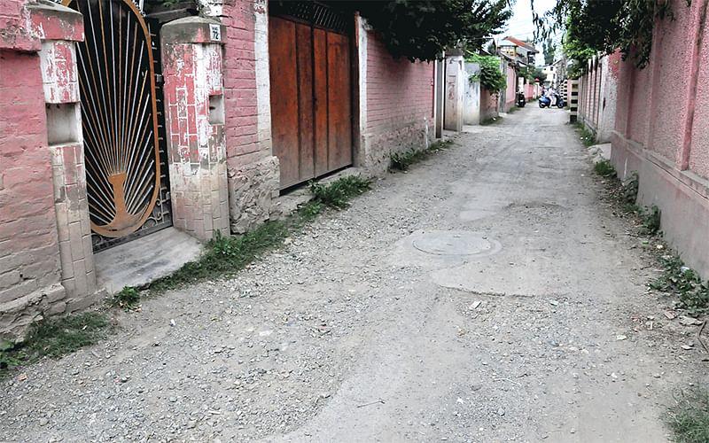 Dilapidated roads irk commuters in Srinagar
