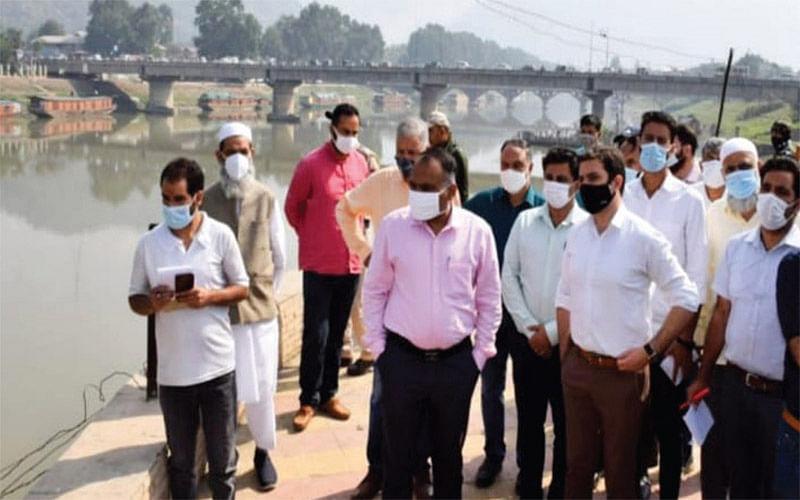 Div Com conducts site visit of Srinagar riverfront project