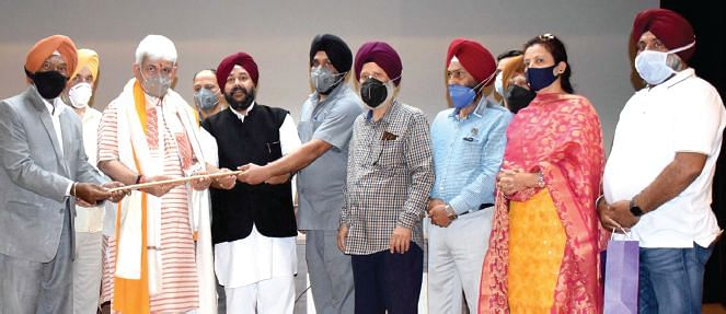 LG lauds Sikh community for unity in society