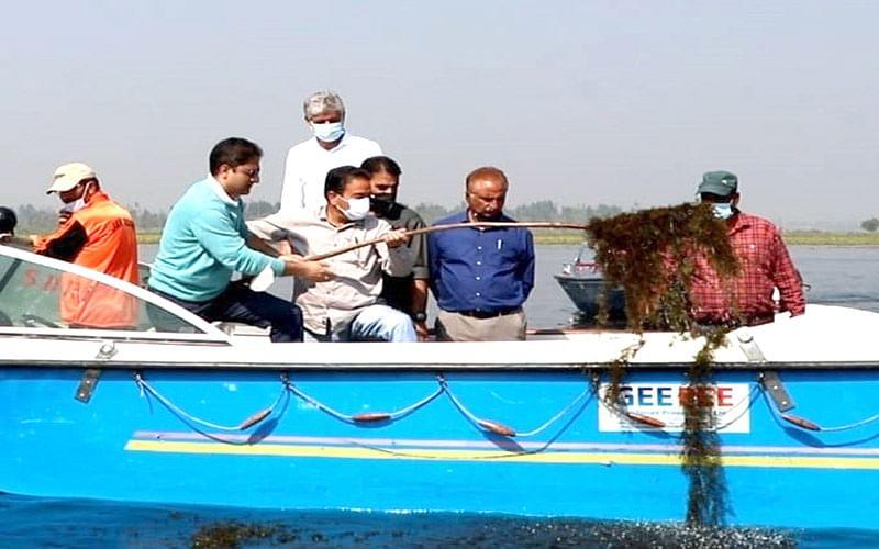 Mayor participates in de-weeding drive in Dal Lake