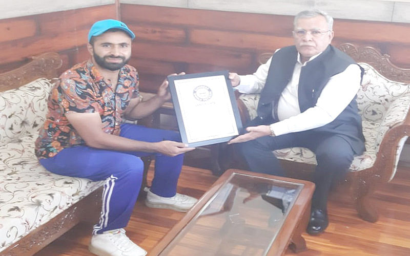 Cyclist Adil Teli calls on Advisor Khan