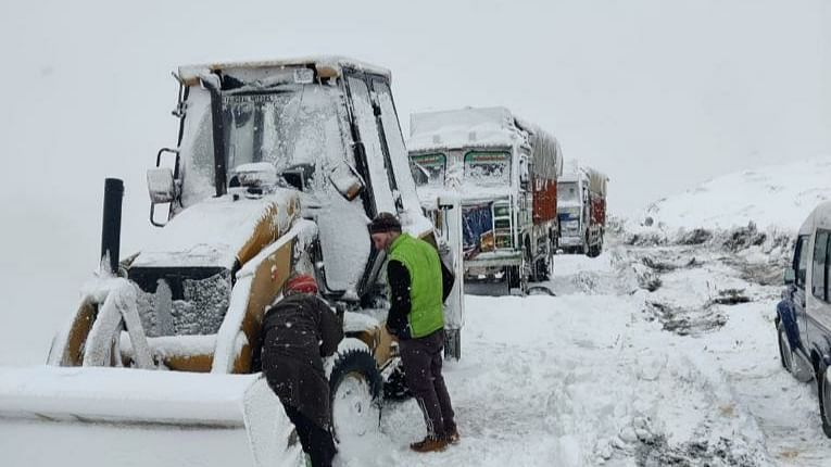 Four drivers stuck in snowstorm on Bandipora-Gurez Road rescued; road opened for traffic