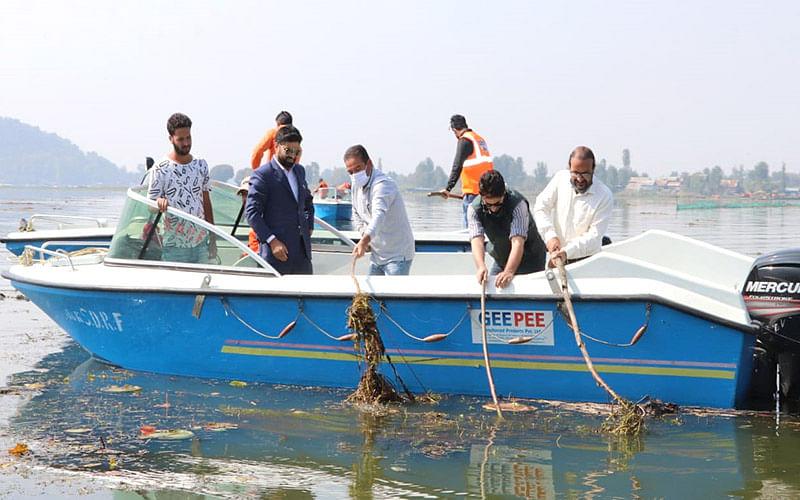 Directors PFMS J&K, Doordarshan, ROC participate in Dal de-weeding