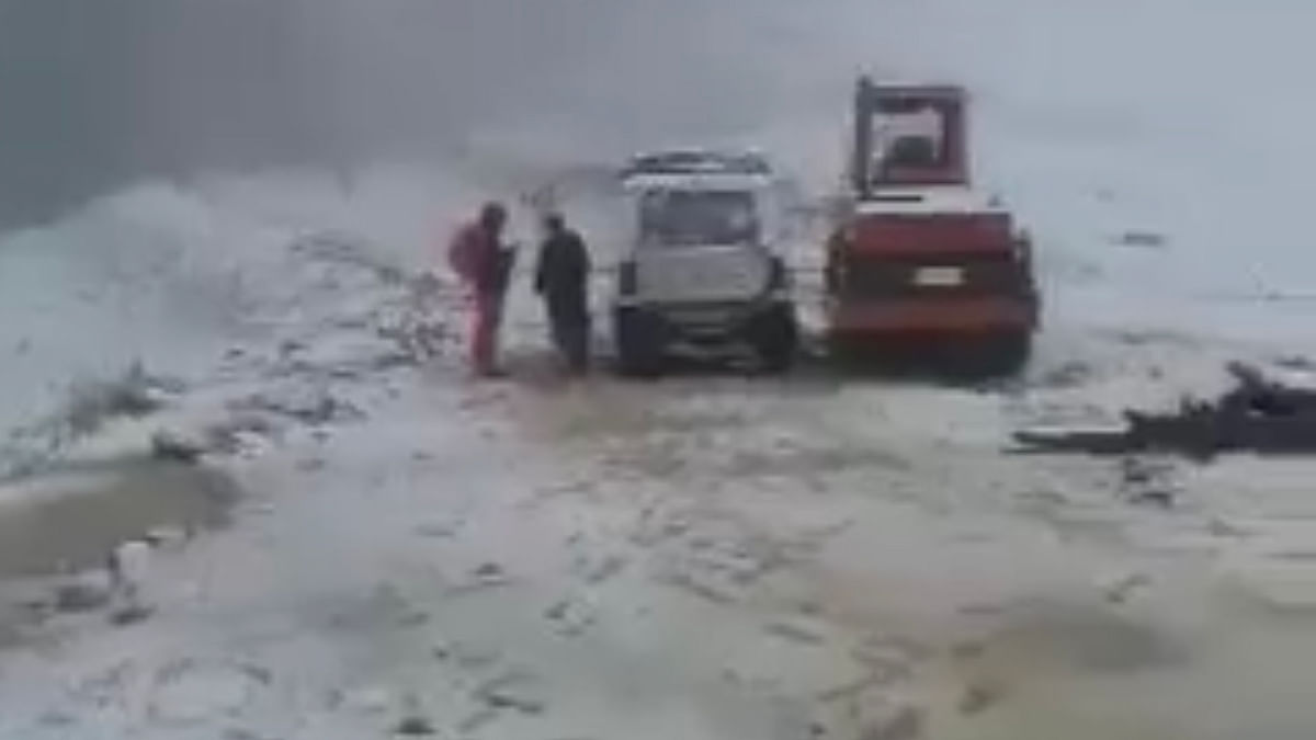 Season's first snowfall shuts Bandipora-Gurez road