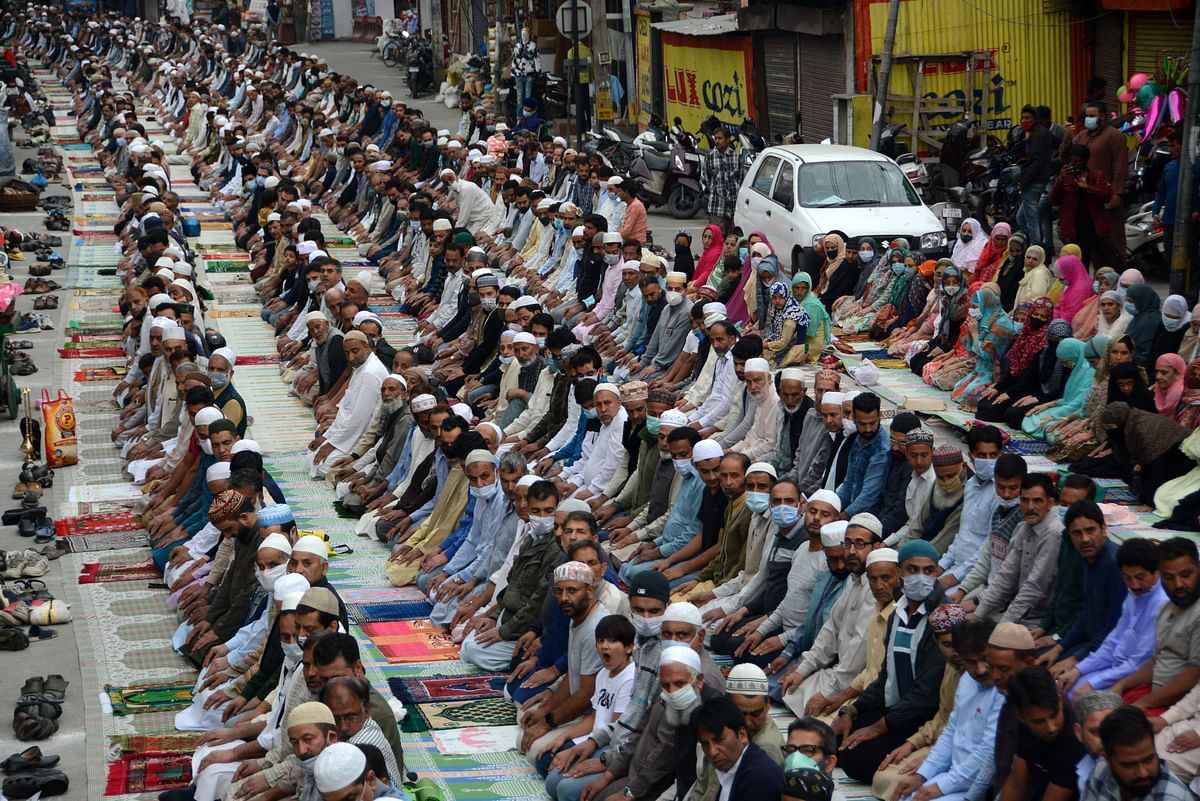 Thousands offer Khoje Digar