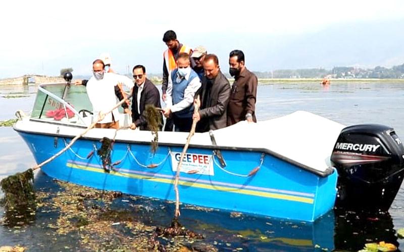 Dir Tourism participates in de-weeding operation in Dal