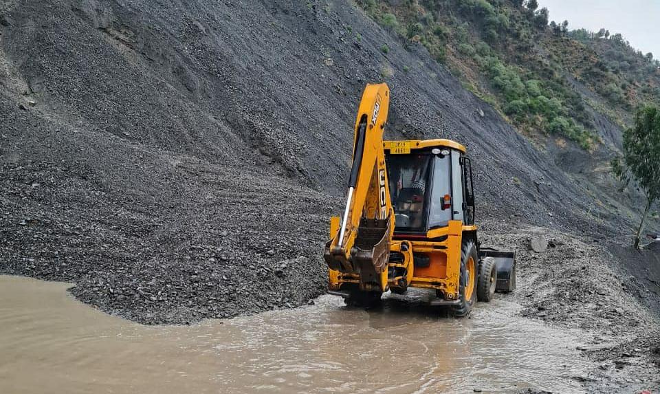 Jammu-Srinagar highway cleared for stranded vehicles, no fresh traffic allowed
