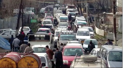 Traffic snarls on Sanat Nagar-Rangreth road irk commuters