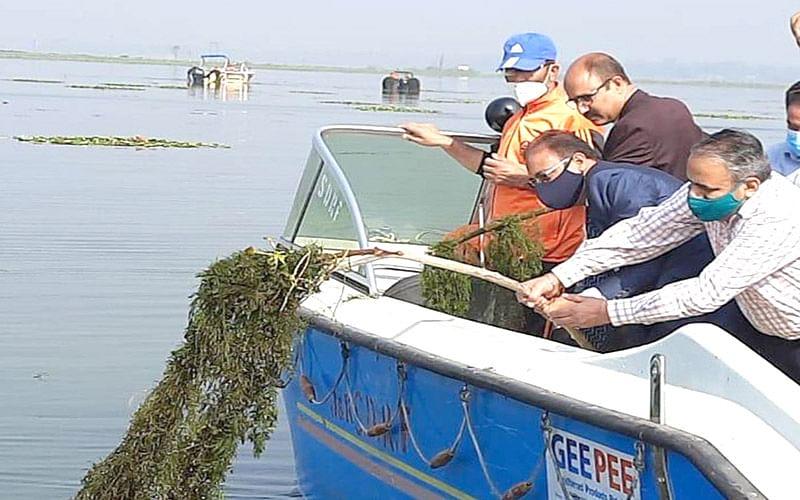 Director NIT Srinagar participates in de-weeding of Dal Lake