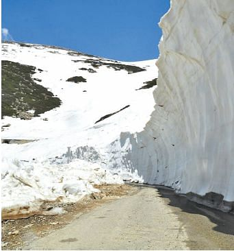 2 killed in snowstorm at Sinthan Pass