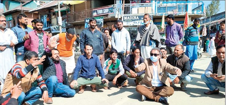 Handwara residents protest erratic power supply