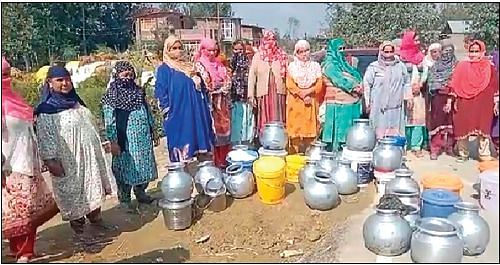 Pulwama village residents stage protest against water scarcity