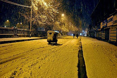 When Srinagar woke up to see snow cleared roads
