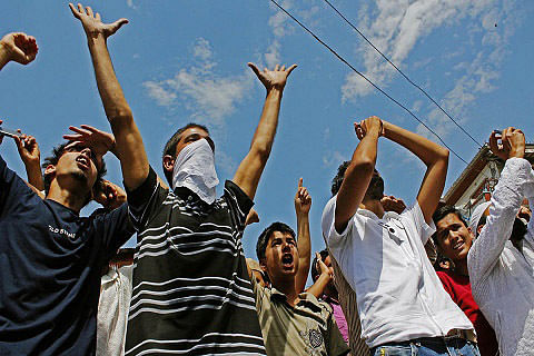 Students miss CET as protesters block road around Dal Lake in Srinagar