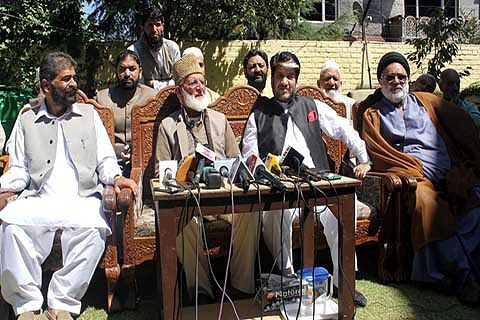 Geelani warns Mufti: 'Lift curbs on us or face consequences'