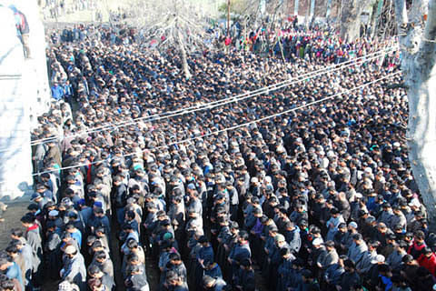 Thousands defy restrictions to attend Hizb militant's funeral in Kulgam