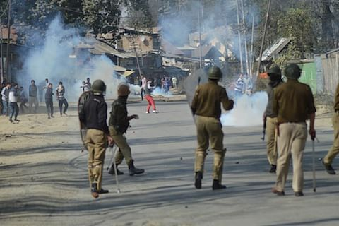 Seven injured in clashes in south Kashmir's Qaimoh