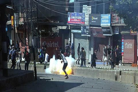 Youth clash with forces in central Kashmir's Ganderbal