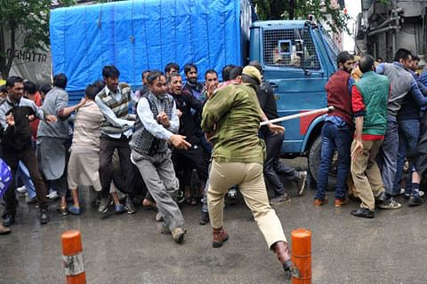 Video: Police baton charge daily wagers in Srinagar