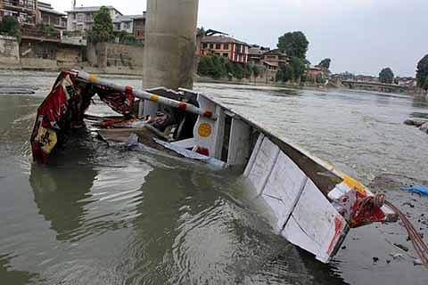 Man drowns after boat capsizes in Jhelum