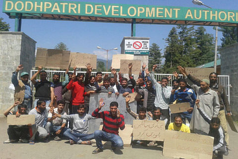 Tourists stranded as employees block Doodpathri entry to demand pending wages