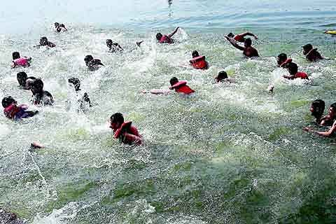 Locals urge admin to prohibit swimming in Nallah Sindh