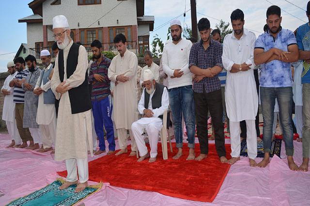 Geelani Offers Asr Prayers on Road
