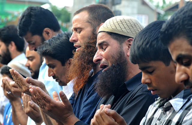 People In Old City Offer Asr Prayers On Roads