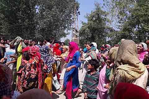 Force personnel go berserk in Kulgam village, beat up locals, ransack houses