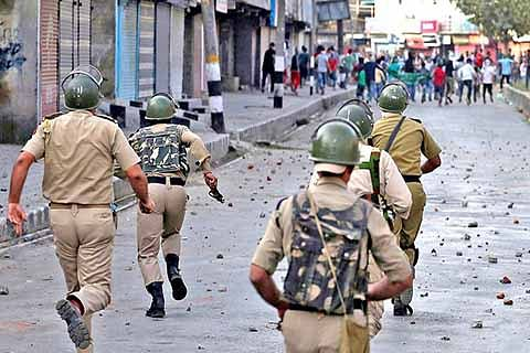 10 cops among 21 injured in Pulwama clashes