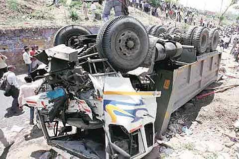 Local Muslims rescue pilgrims injured in Bijbehara road accident