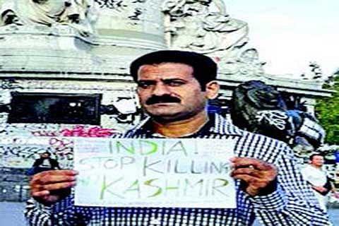 NRK Kashmiri leader holds protest in Paris
