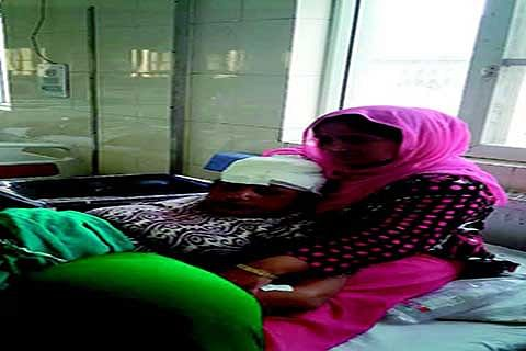 Kashmiri woman looks after injured pilgrim lady in SMHS