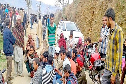 Locals demand passenger shed at Panja Chowk