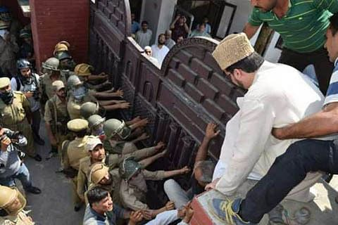 Video: Anantnag chalo: Mirwaiz arrested, detained at Nageen Police Station