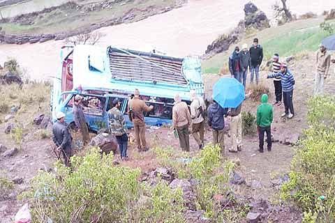 Amarnath pilgrim dies, 9 injured as vehicle falls in  gorge
