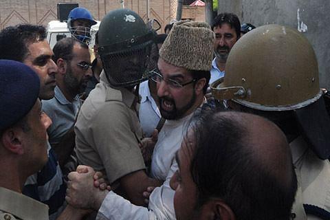 Video| Kulgam chalo: Mirwaiz detained at Nageen Police Station